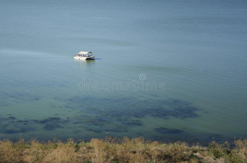 Biały jacht przy morzem z turystami pływa brzeg fotografia royalty free