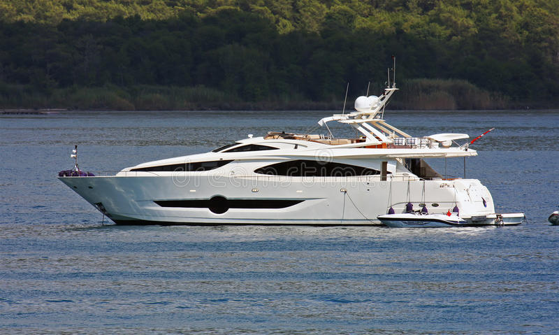 Biały jacht w morzu obrazy royalty free