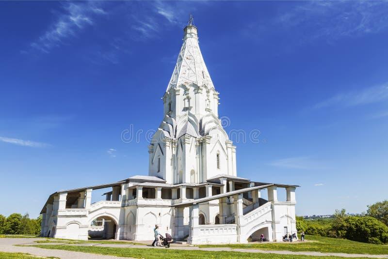 Biały kamień namiotowy kościół wznoszenia w Kołomienskoje w słoneczny letni dzień, Moskwa, zdjęcia stock