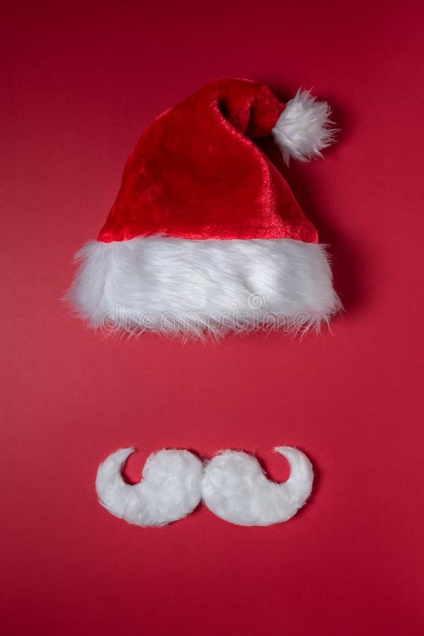 Biały kapelusz Święty Mikołaj na czerwonym tle i zdjęcie royalty free