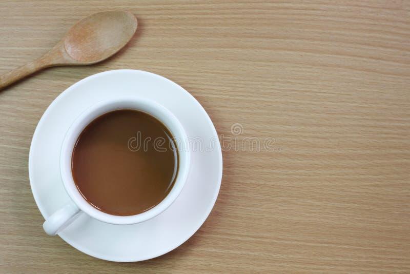 biały kawowy kubek umieszczający na brązu drewnianym stole fotografia royalty free