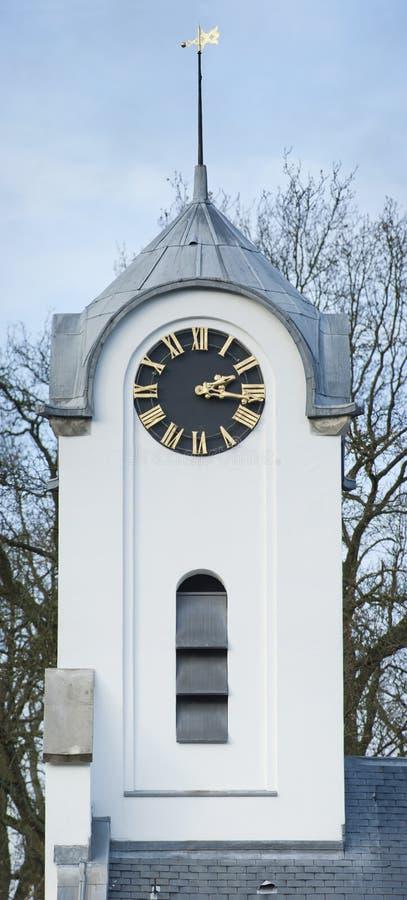 Biały Kościelny wierza dzwonnicy zegaru wiatrowskaz zdjęcie stock