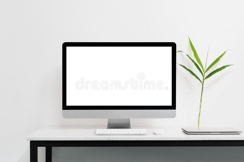 Biały komputer stacjonarny dla mockup twój reklamuje zdjęcia stock