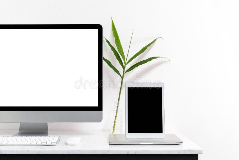 Biały komputer stacjonarny dla mockup twój reklamuje obraz royalty free