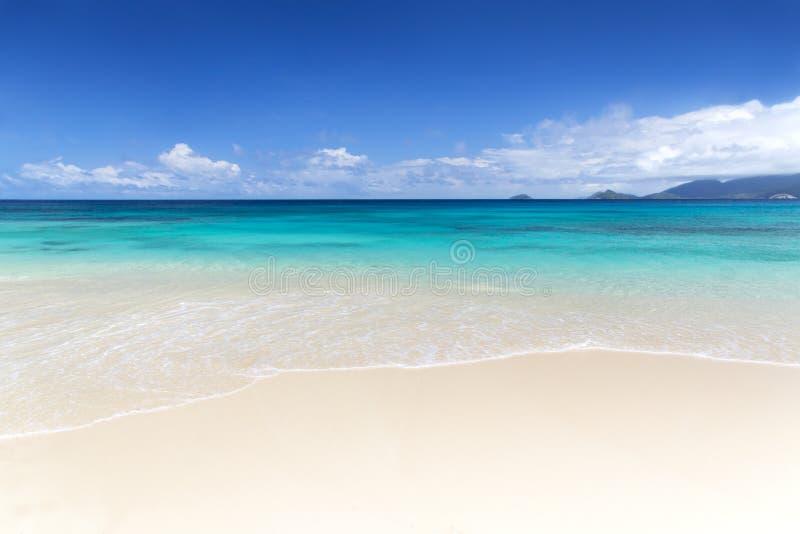 Biały korala plaży piasek i lazur ocean indyjski. fotografia stock
