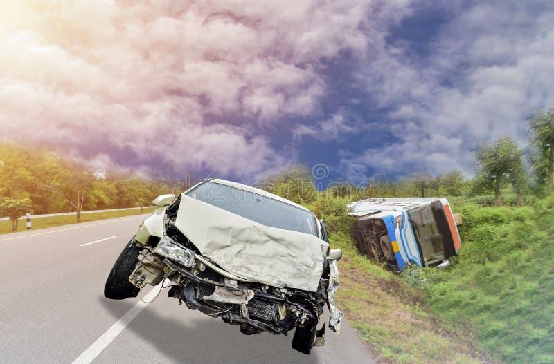 Biały kraksa samochodowa wypadek na drodze uszkadzającej obrazy royalty free
