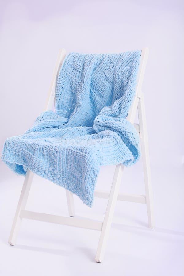Biały krzesło na bielu fotografia stock