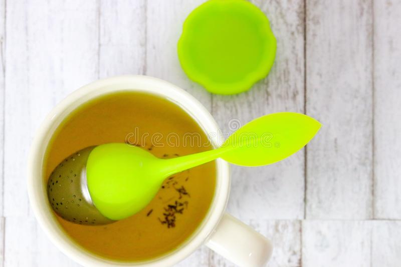 Biały kubek herbata z herbacianym infuser zdjęcie stock