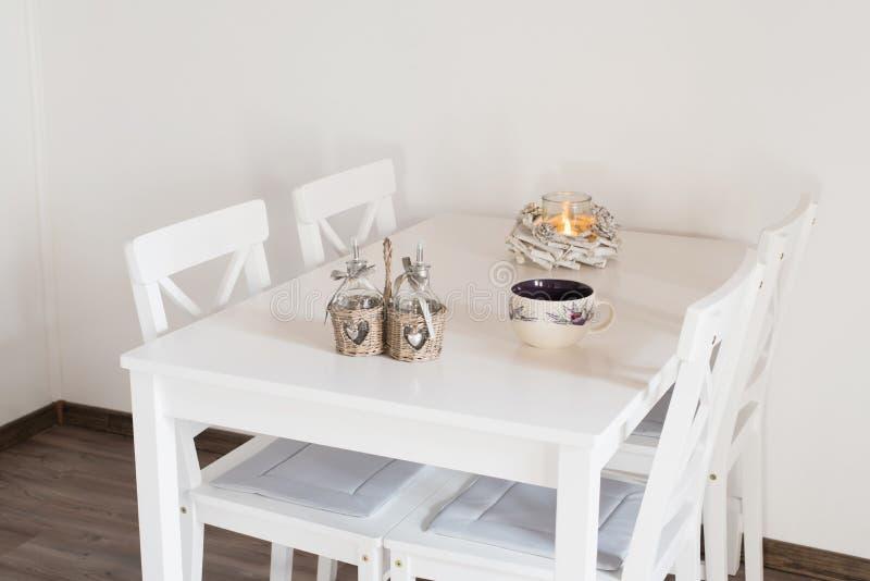 Biały kubek porcelany na białym stole zdjęcia stock