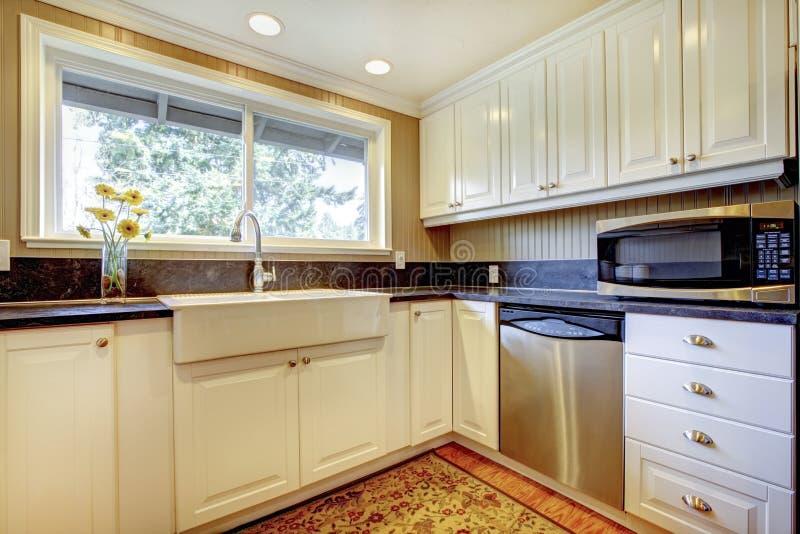 Biały kuchenny wnętrze z wielkim zlew i okno. obrazy stock