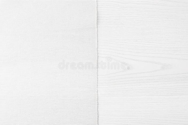 Biały materiał od lewa strona białego drewnianego stołu zdjęcia stock