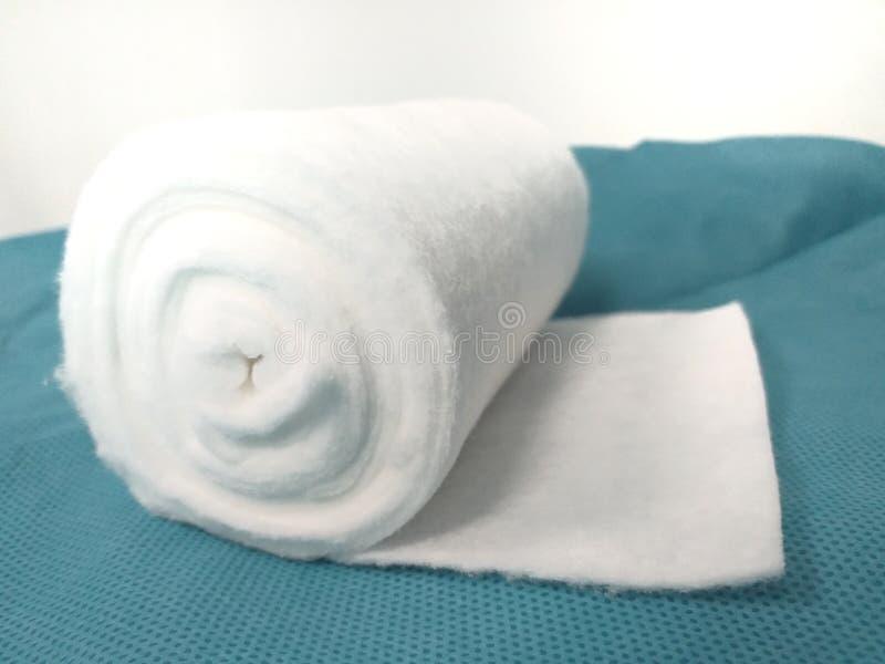 Biały medyczny bawełniany bandaż na zielonym tle, zdjęcie royalty free