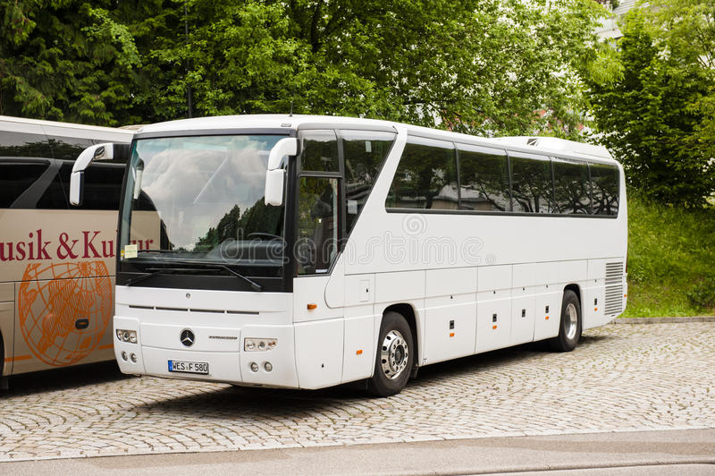 Biały Mercedes-Benz trenera autobus zdjęcia stock