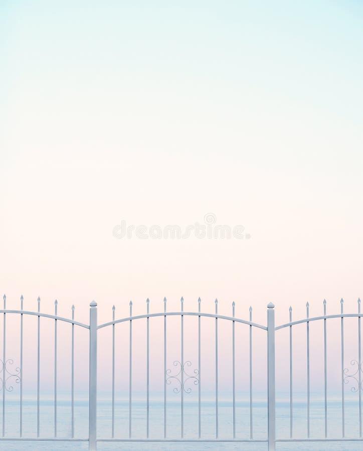 Biały metalu ogrodzenie i morze obraz stock