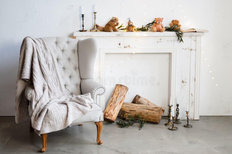 Biały minimalistyczny loft wnętrze z grabą, karłem i boże narodzenie dekoracjami, obraz stock