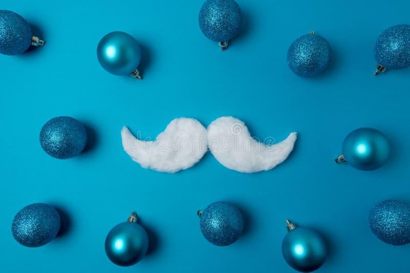 Biały modnisia wąsy Święty Mikołaj na błękitnym tle Nowy Rok lub Bożenarodzeniowy minimalny pojęcie obraz royalty free