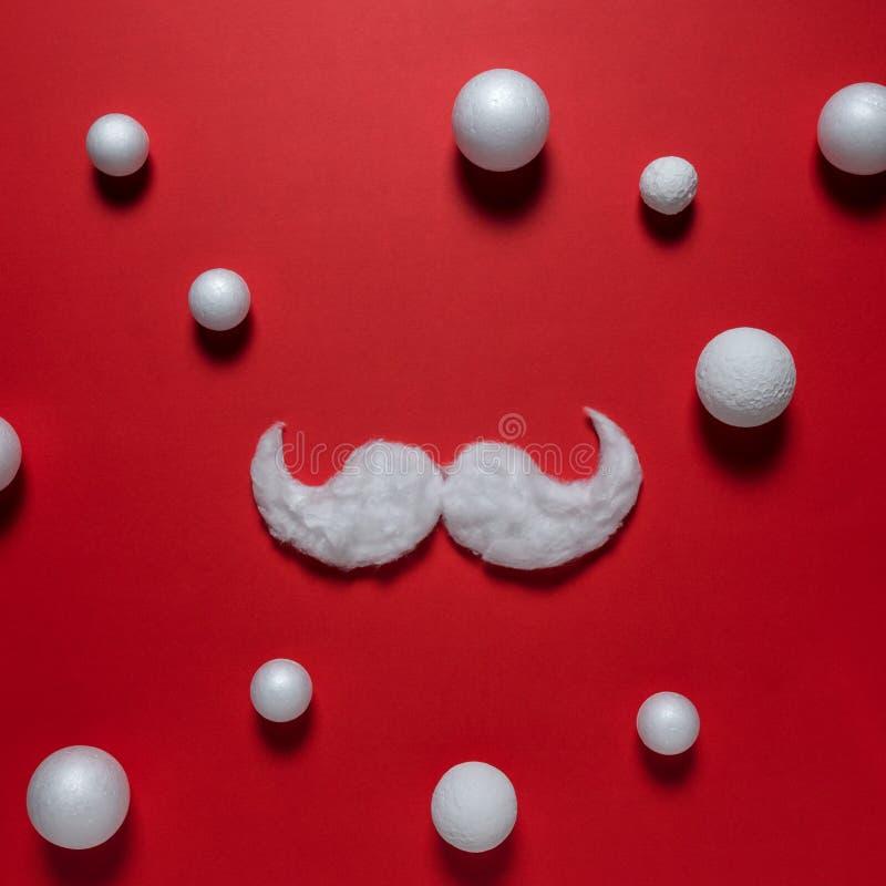 Biały modnisia wąsy Święty Mikołaj na czerwonym tle obrazy royalty free