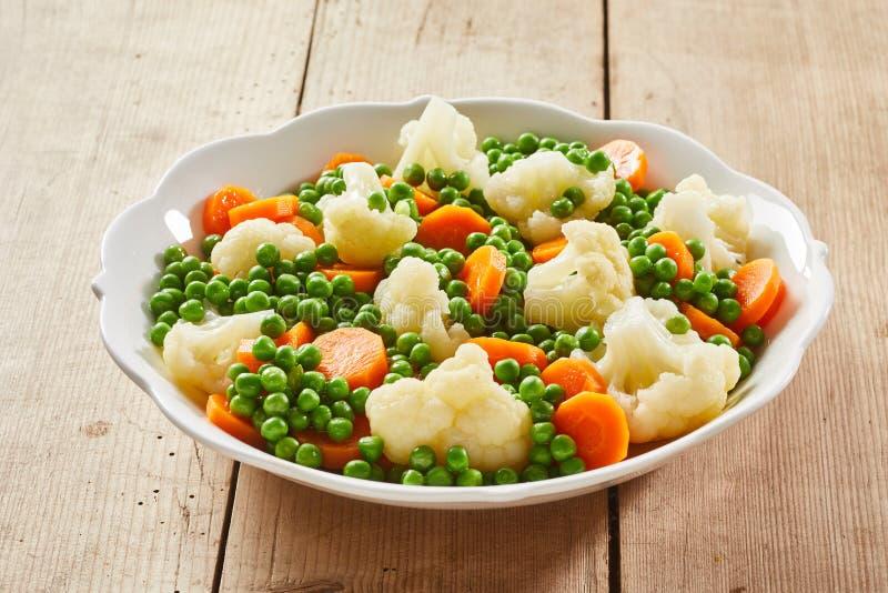 Biały naczynie asortowani odparowani świezi warzywa obraz royalty free