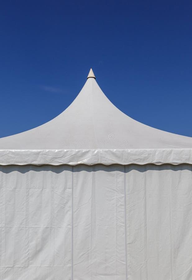 Biały namiot brezentowy dla wielkiego wydarzenia obraz royalty free