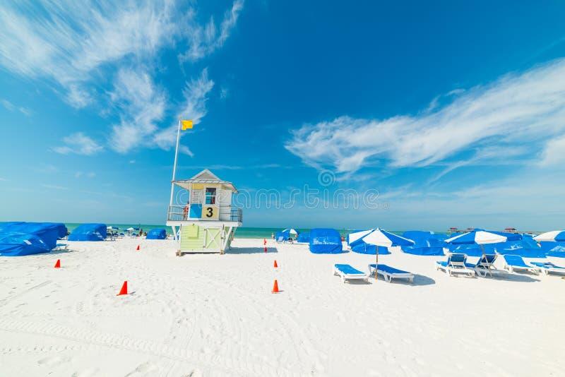 Biały niebieskie niebo w Clearwater i piasek wyrzucać na brzeg w Floryda zdjęcia royalty free