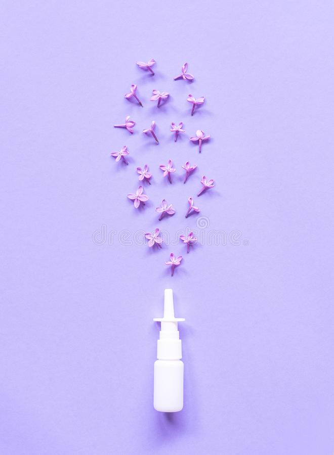 Biały nosowej kiści zbiornik na fiołkowym tle, zasolonej wody rozwiązanie dla nosa przekrwienia traktowania i alergia, obrazy royalty free