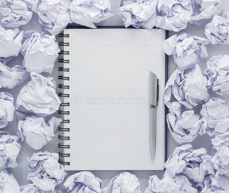 Biały nutowy ochraniacz na białym tle Wokoło notepads kłamstw udziału miący papier, kopii przestrzeń zdjęcia stock