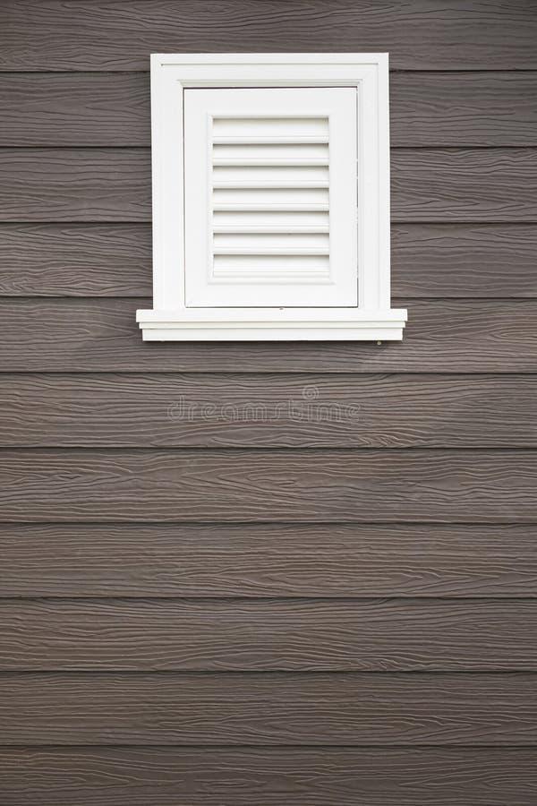 Biały okno na ciemnego brązu deski ścianie, rocznika tło Textur obrazy royalty free