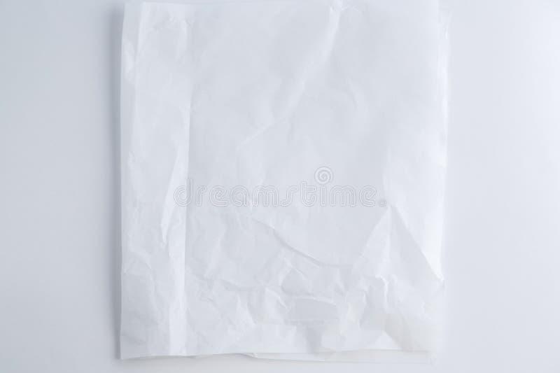 Biały półprzezroczysty zmięty papier na białym tle Odgórny widok obrazy stock