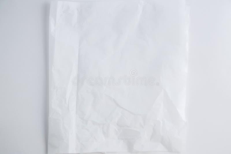 Biały półprzezroczysty zmięty papier na białym tle Odgórny widok obrazy royalty free