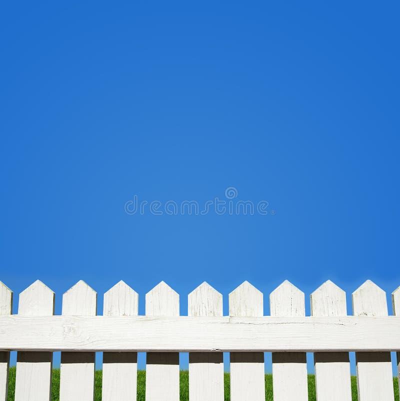 Biały palika niebieskie niebo i ogrodzenie zdjęcie stock