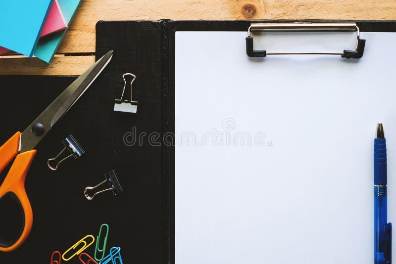 Biały papier na schowku z biura narzędzia materiały obraz royalty free