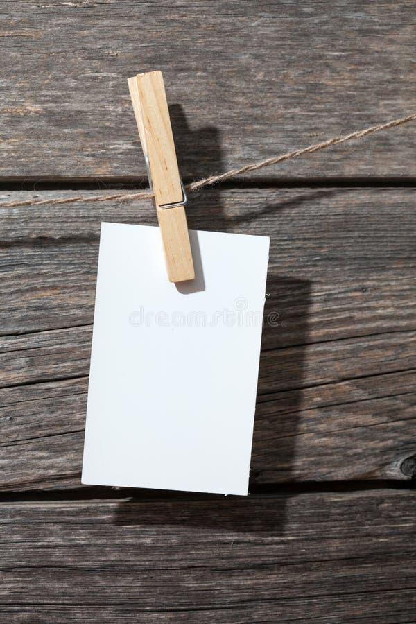 Biały papier na szpilkach przy drewnem fotografia royalty free