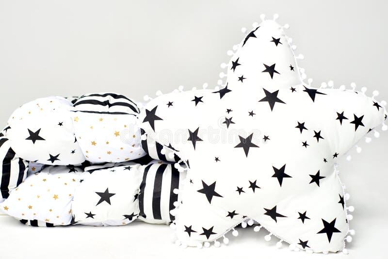 Biały patchworku piórka comforter z gwiazdami, czerń lampasami i biel gwiazdą czerni i złota kształtował miękką poduszkę z czarny obraz royalty free