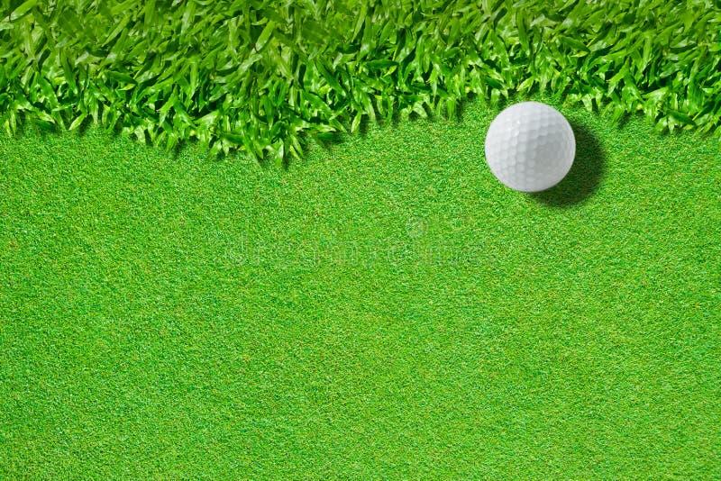 Biały piłka golfowa na zielonej trawy tle) zdjęcia royalty free