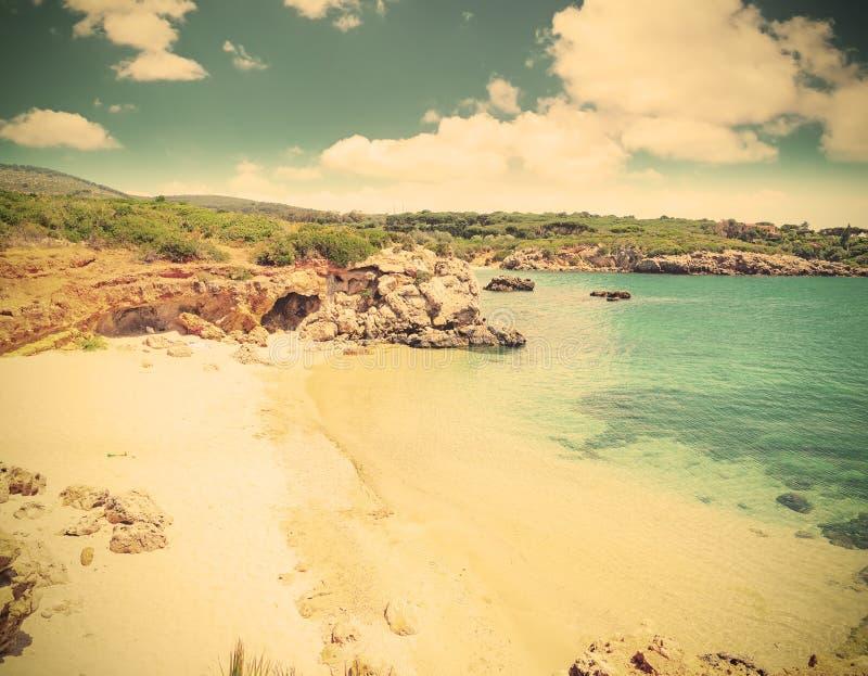 Biały piasek morzem w Alghero w rocznika brzmieniu zdjęcie stock