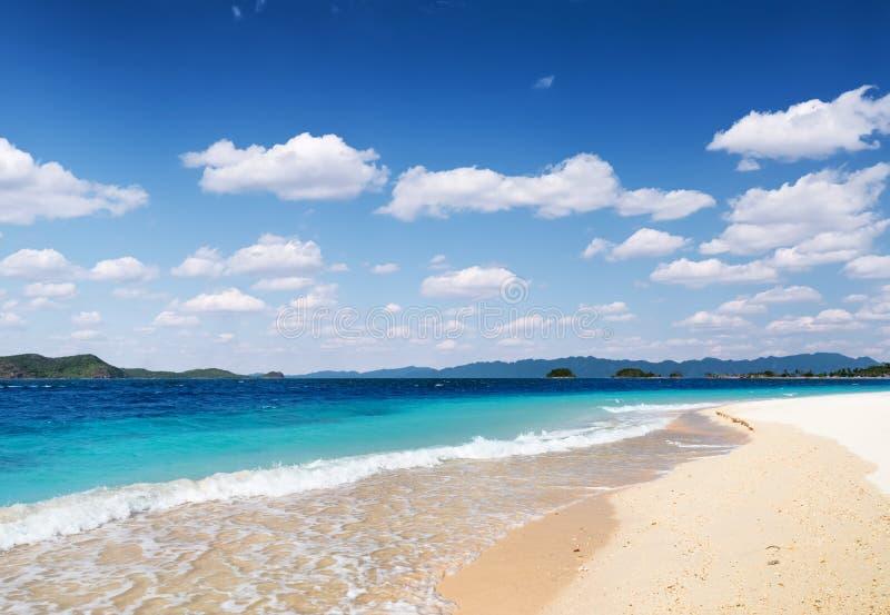 Biały piaska niebieskie niebo i plaża obraz stock