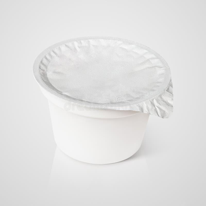 Biały plastikowy zbiornik z foliowym deklem na szarość obraz stock