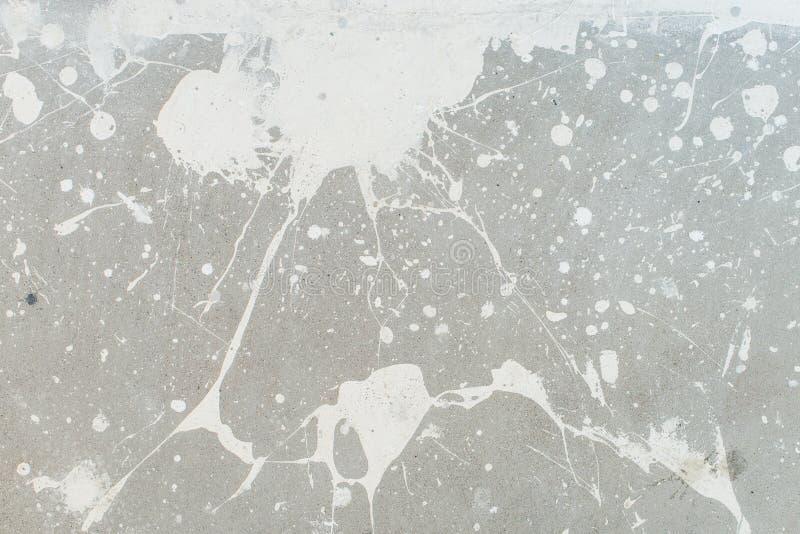 Biały pluśnięcie na szarej tło betonowej ścianie splotchy, upaćkany, powierzchnia Dekoracyjne mokre farb krople, abstrakcjonistyc zdjęcia stock