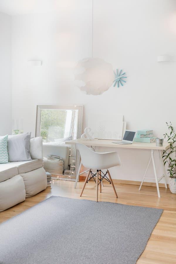 Biały pokój z prostym meble zdjęcie stock