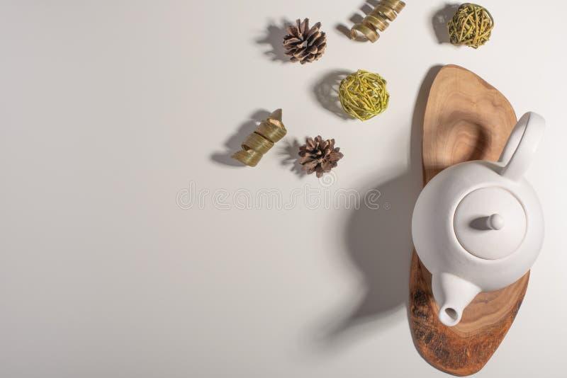 Biały porcelany teapot z akcesoriami na drewnianej desce na białym stole na widok kosmos kopii obrazy royalty free