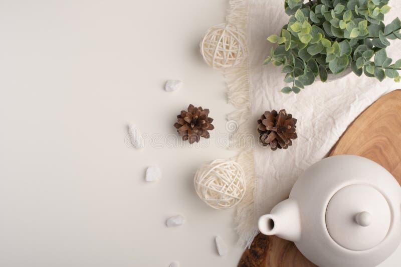 Biały porcelany teapot z akcesoriami na drewnianej desce na białym stole na widok kosmos kopii zdjęcia royalty free