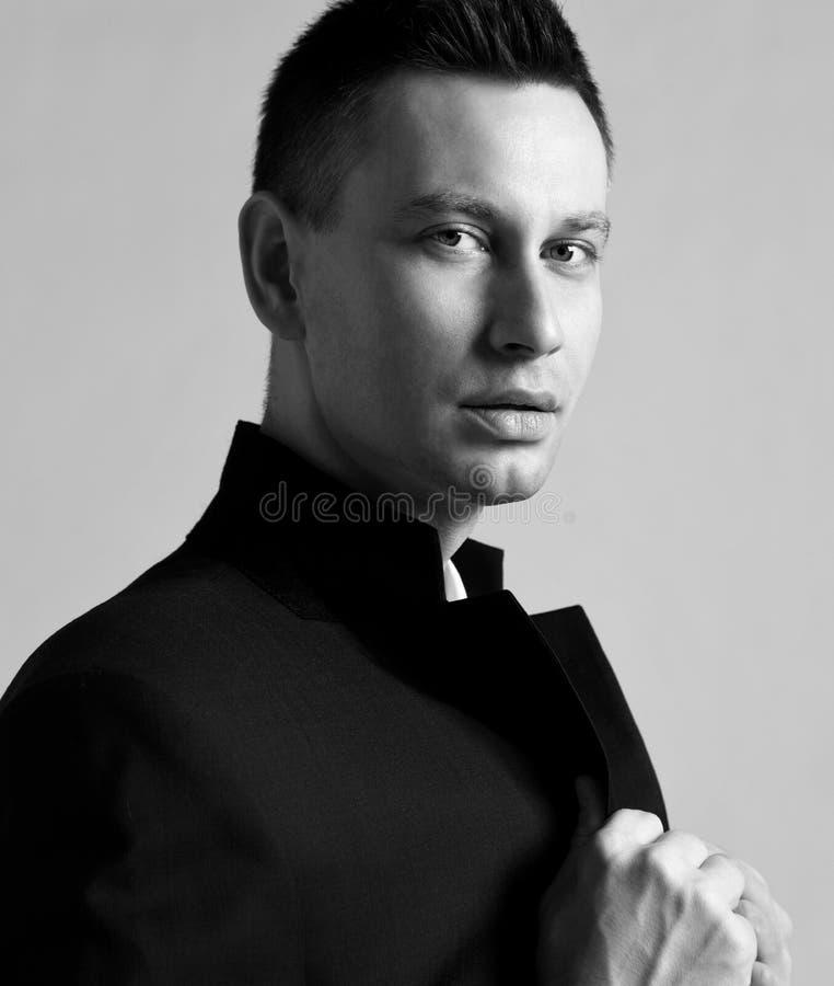biały portret który trzyma na laples dufna nowożytnego mężczyzny elegancka kurtka stoi z ukosa my zdjęcia royalty free