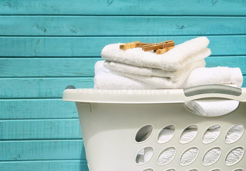 Biały pralniany kosz z ręcznikami i szpilkami obraz royalty free
