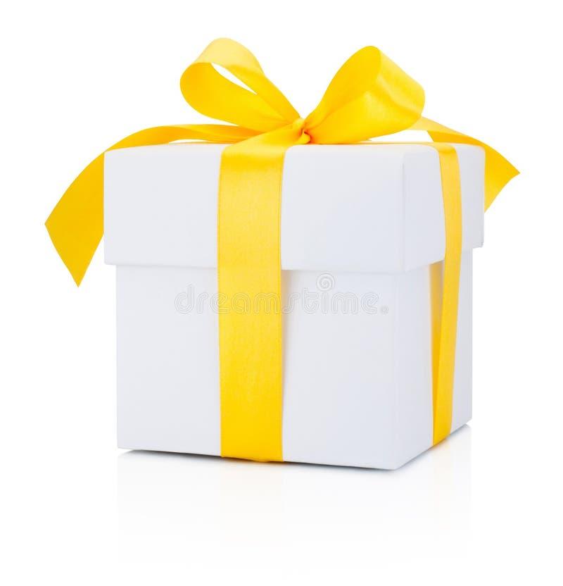 Biały prezenta pudełko wiązał żółtego faborek Odizolowywającego na białym tle obrazy royalty free
