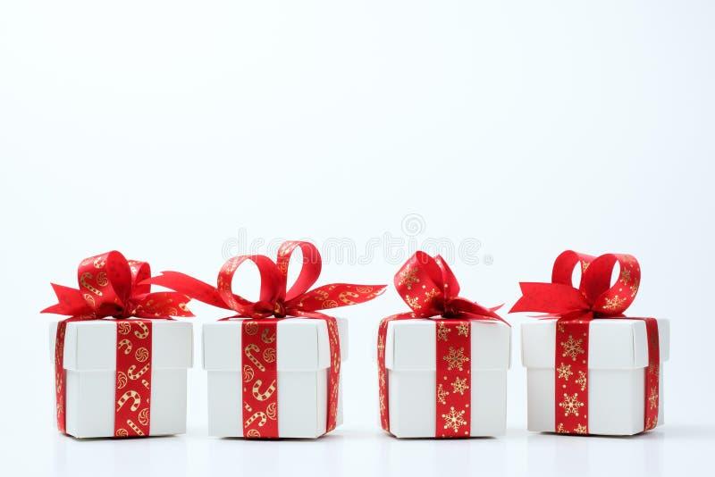 Biały prezenta pudełko wiązał z Bożenarodzeniowym temat czerwieni faborkiem obraz royalty free