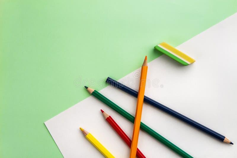 Biały prześcieradło papier, pięć ołówków i wymazujący, obraz royalty free
