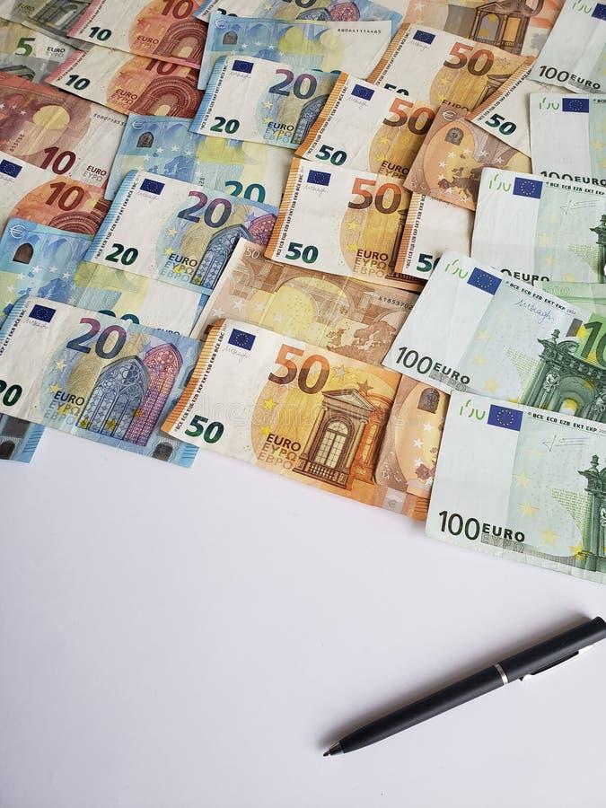 biały prześcieradło papieru, pióra i europejczyka banknoty różni wyznania, zdjęcie royalty free