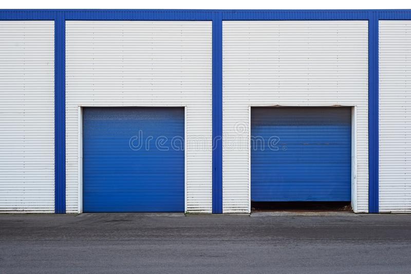 Biały Przemysłowy magazyn z błękitnym drzwi dla ciężarówek obrazy stock