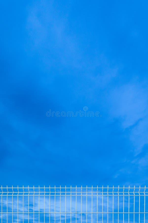 Biały przemysłowy ogrodzenie niebo obraz royalty free