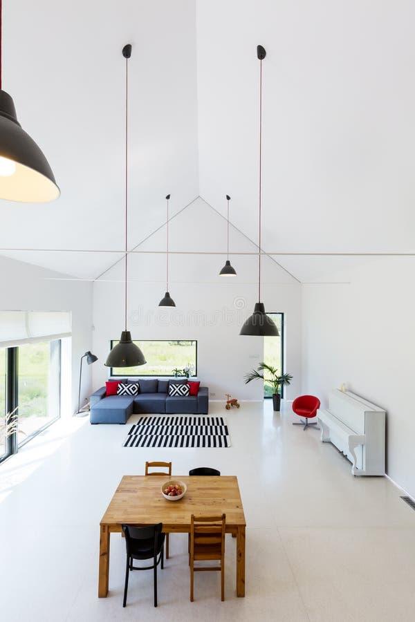Biały przestronny żywy pokój zdjęcia stock